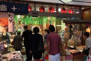 "Shop ""Kamejyu"". Many people line up for ""Dorayaki""."