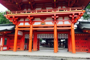 The entrance of the main shrine. The cinnabar red gate is mysterious!