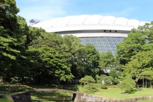 Tokyo Dome is at the back guarding for the Garden, its shadow reflecting vividly on the water.
